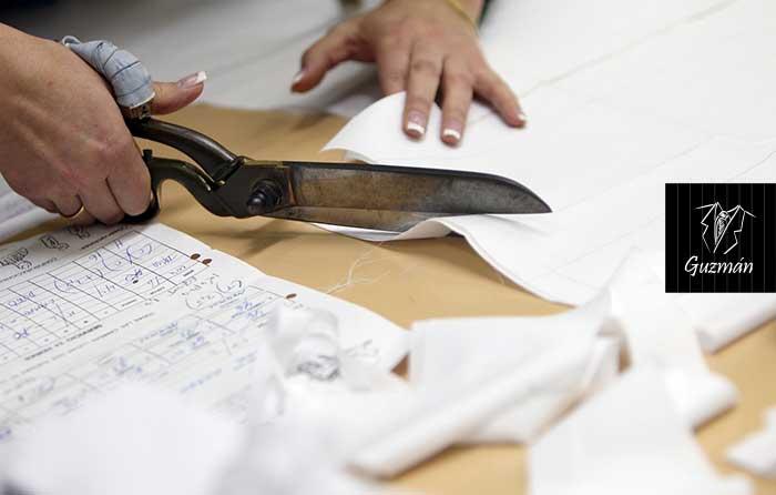Sastre cortando tela para camisa a medida