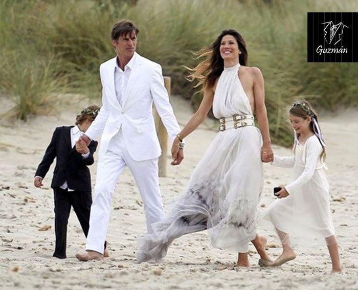 Famosos traje novio en la playa